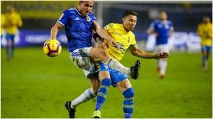Christian Fernández lucha por hacerse con el balón durante un...