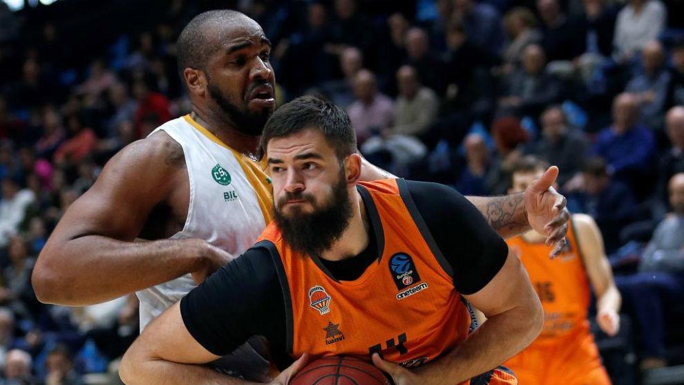 Bojan Dubljevic trata de superar la defensa de Samardo Samuels.