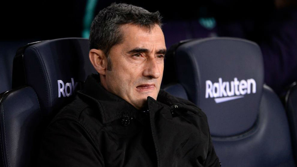 Ernesto Valverde watching a match from the bench.