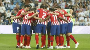 Los jugadores del Atlético hacen piña antes de un derbi.