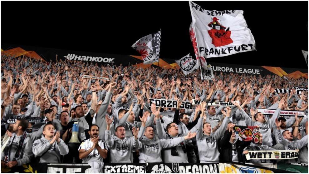Fans del Eintracht que viajaron a Chipre para animar a su equipo.