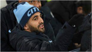Mahrez, en el banquillo contra el Everton.