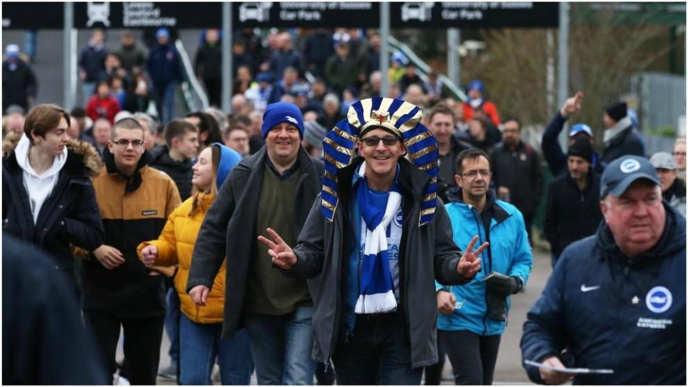 Aficionados del Brighton antes de un partido contra el Liverpool.