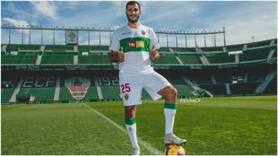 Yacine Qasmi, con un balón sobre el césped del Martínez Valero,...