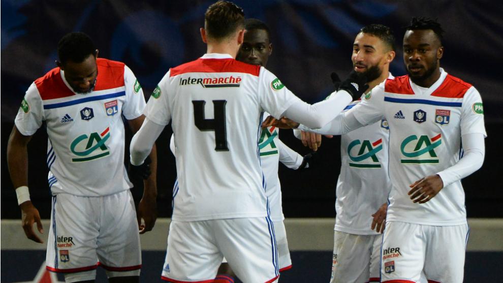 Los futbolistas del Lyon celebran uno de los dos goles al Guingamp