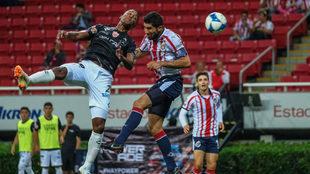Beckeles y Pereira disputan por el esférico.