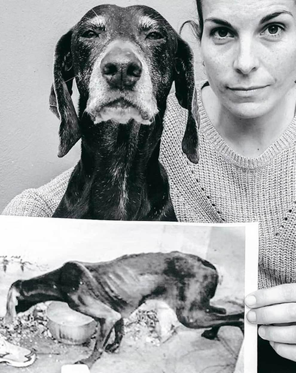 Dana Cervantes posando junto a su perra Petra con una fotografía del...