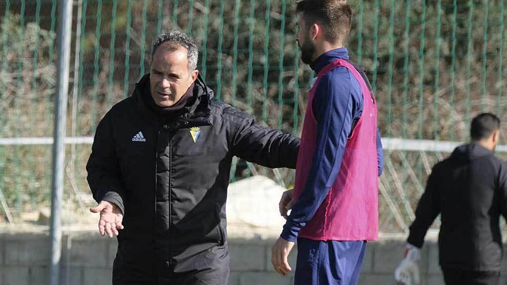 Álvaro Cervera, dando instrucciones en un entrenamiento reciente