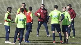 Diego Martínez, rodeado por sus jugadores en un entrenamiento de esta...