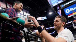 Pau Gasol firma un autógrafo antes de un partido de los Spurs
