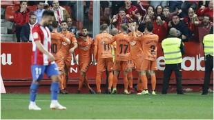 Los jugadores de Osasuna celebran el gol de Oier ante la...