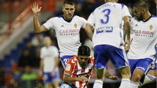 Zapater lucha un balón en el último Lugo-Zaragoza.