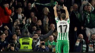 Joaquín se dirige a la afición tras marcar el 2-0 al Valencia.