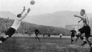 Llorens se lanza hacia un balón al que acecha Bata.