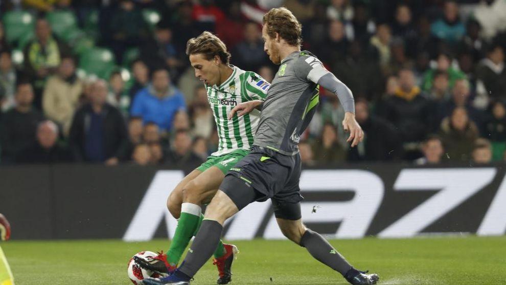 Zurutuza, ante Canales en el partido contra el Betis.