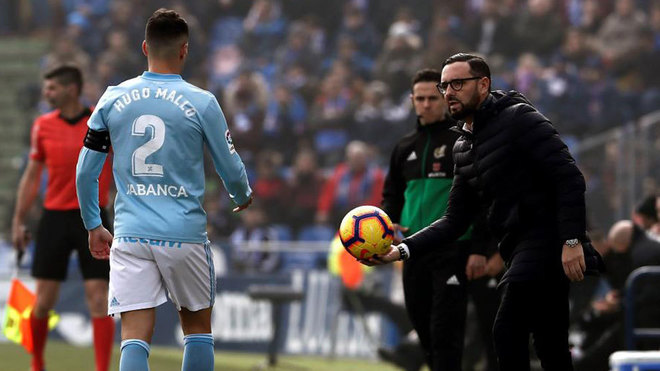 Hugo Mallo y Pepe Bordalás, en el partido de ayer.