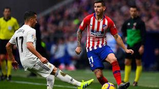 Lucas Vázquez trata de frenar a Lucas Hernández.
