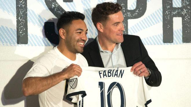 Fabián posa con el jersey de su nuevo equipo.