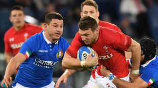 El italiano Ian McKinley, a la derecha, trata de placar al galés Owen...