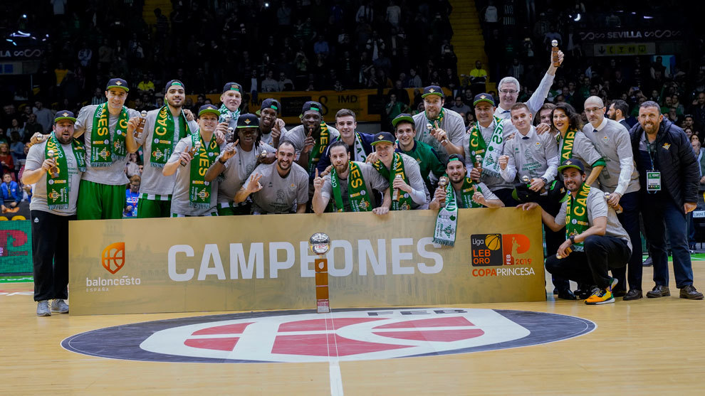 El Betis celebra la consecución de la Copa Princesa