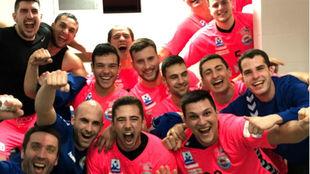 Los jugadores del Sinfín celebran la victoria en la pista del Puente...