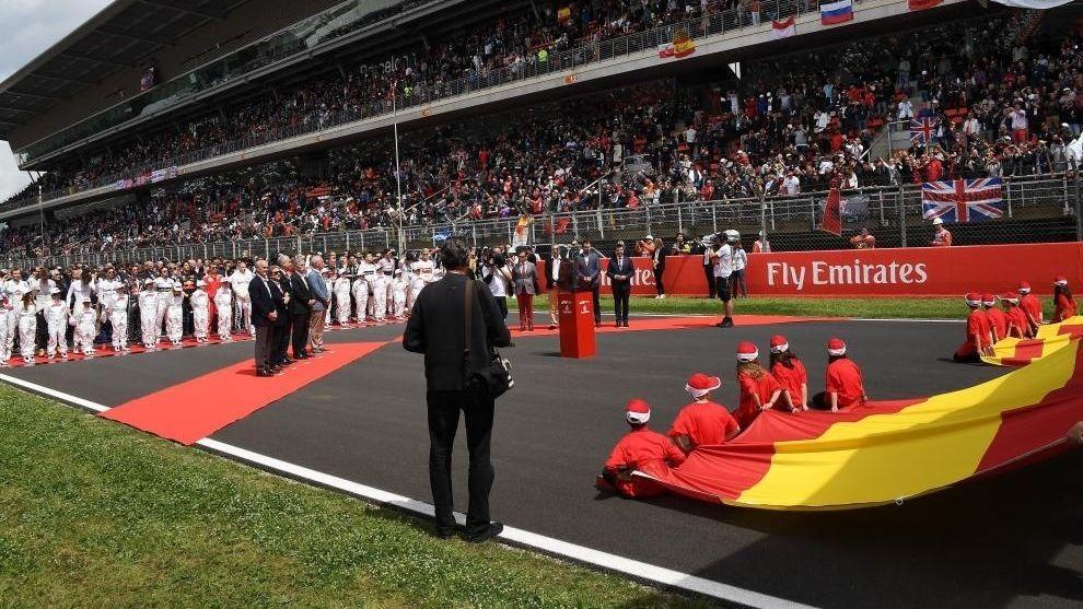La ceremonia del himno, con Chase Carey y los pilotos, durante el Gran...