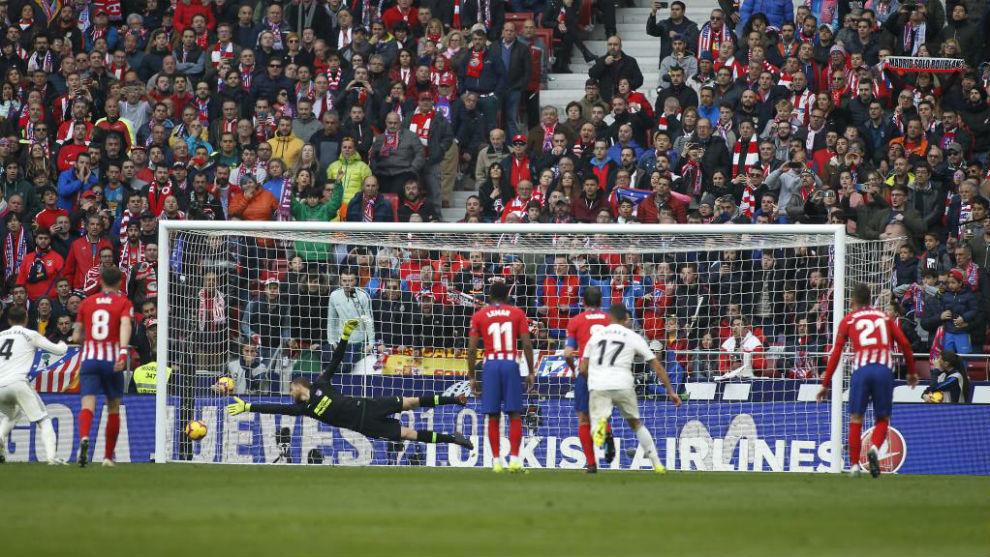 Oblak intenta llegar al penalti que marca Ramos.