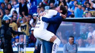 Barrera festeja con Marioni el tanto de Pumas.
