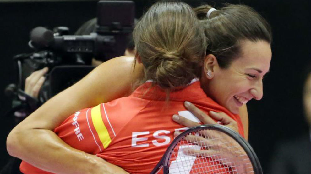 Georgina se abraza con Anabel Medina