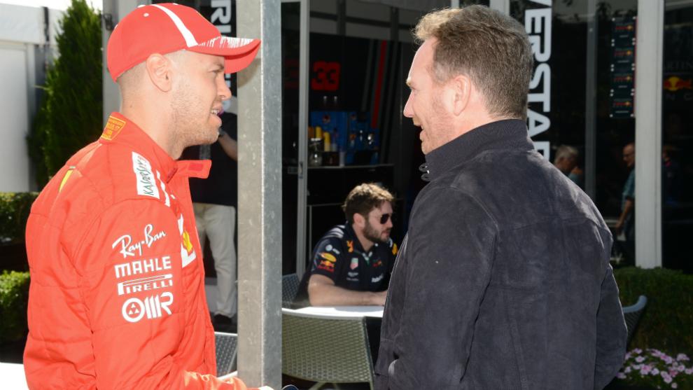 Sebastian Vettel habla con Christian Horner.