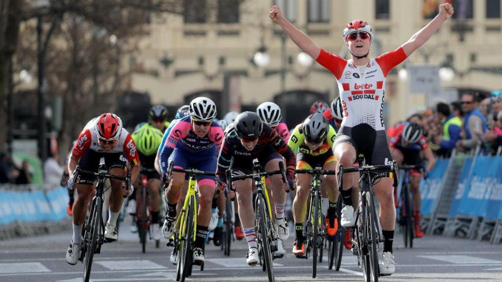 Lotte Kopecky celebra su triunfo en la meta.