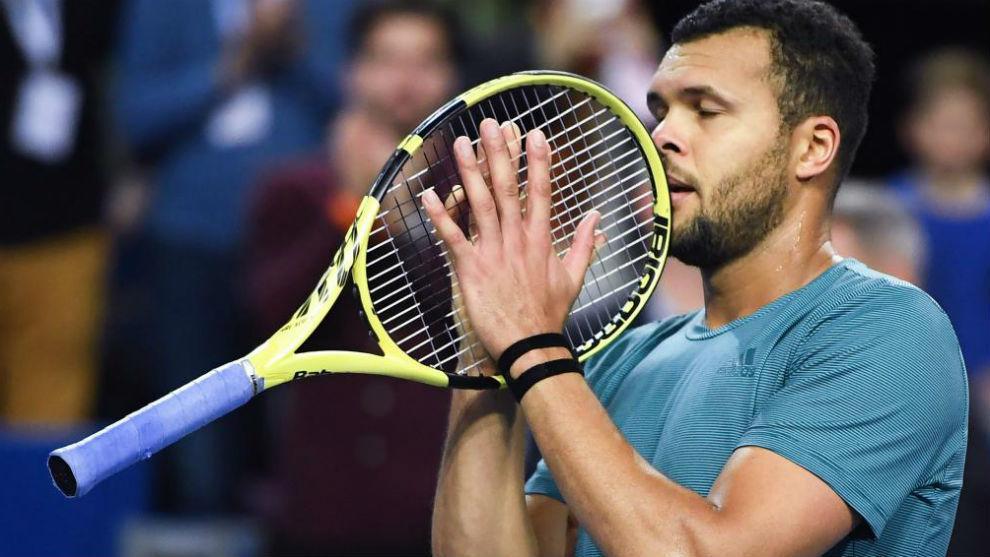 Tsonga agarra su raqueta