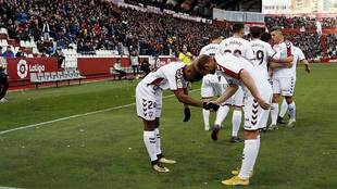Bela y Zozulia celebran el gol del primero ante sus compañeros