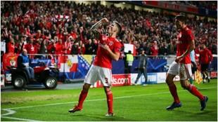 Grimaldo celebra un gol contra el AEK Atenas.
