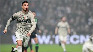 Cristiano Ronaldo persigue un balón ante el Sassuolo.