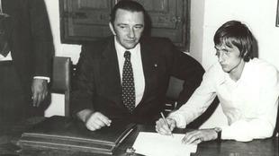 Johan Cruyff firma el contrato con el Barcelona junto al presidente...