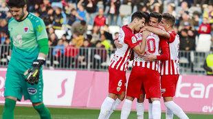 Los jugadores del Almería celebran el gol de Juan Carlos Real ante un...