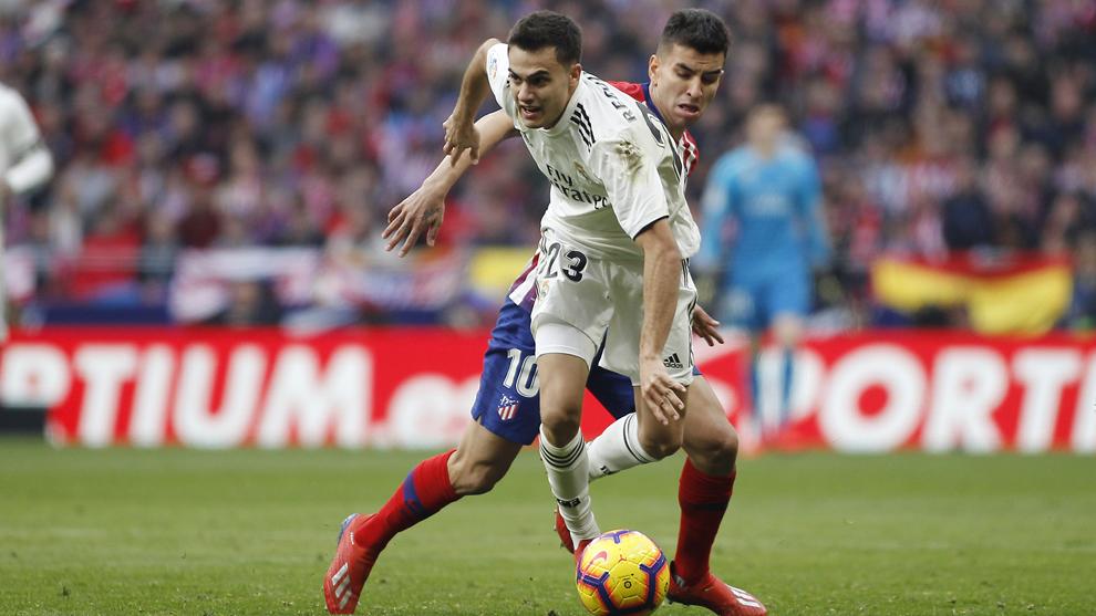Sergio Reguilón supera a Correa en el derbi del Metropolitano.