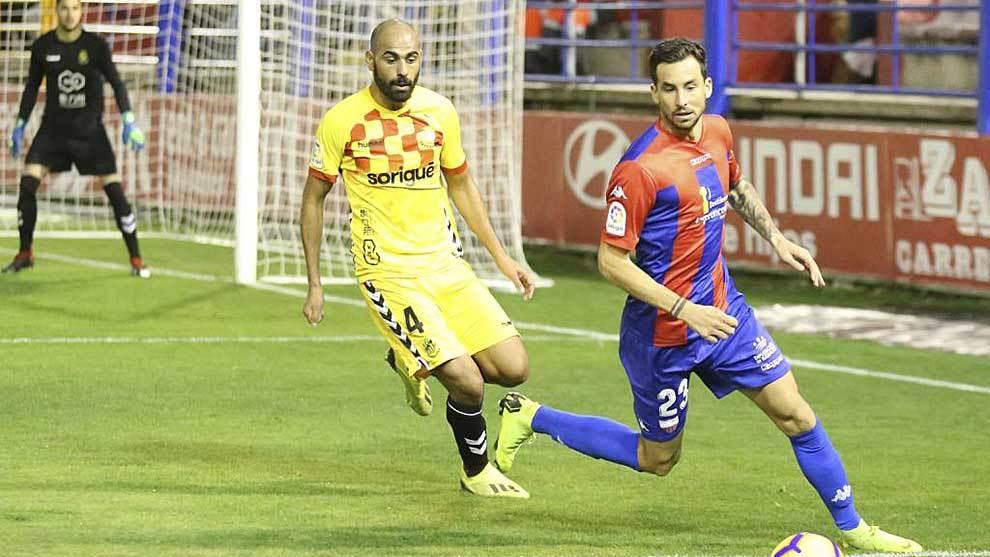Vincenzo Renella ante Fali, en el partido del Extremadura frente al...