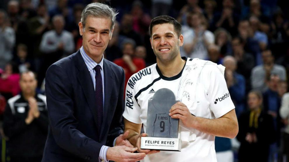 Felipe Reyes recibe un trofeo conmemorativo de manos de Antonio...