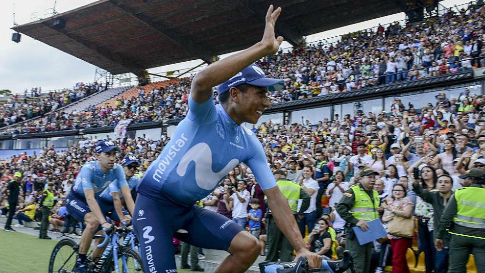Nairo Quintana saluda al público que le aclama en el estadio Atanasio...