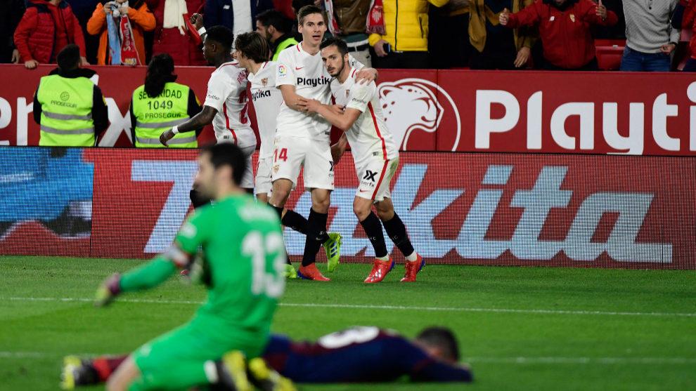 Wöber celebra con Sarabia el gol del madrileño al Eibar.
