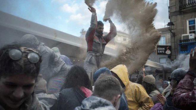 Una batalla campal de harina abre el carnaval de Xinzo más...