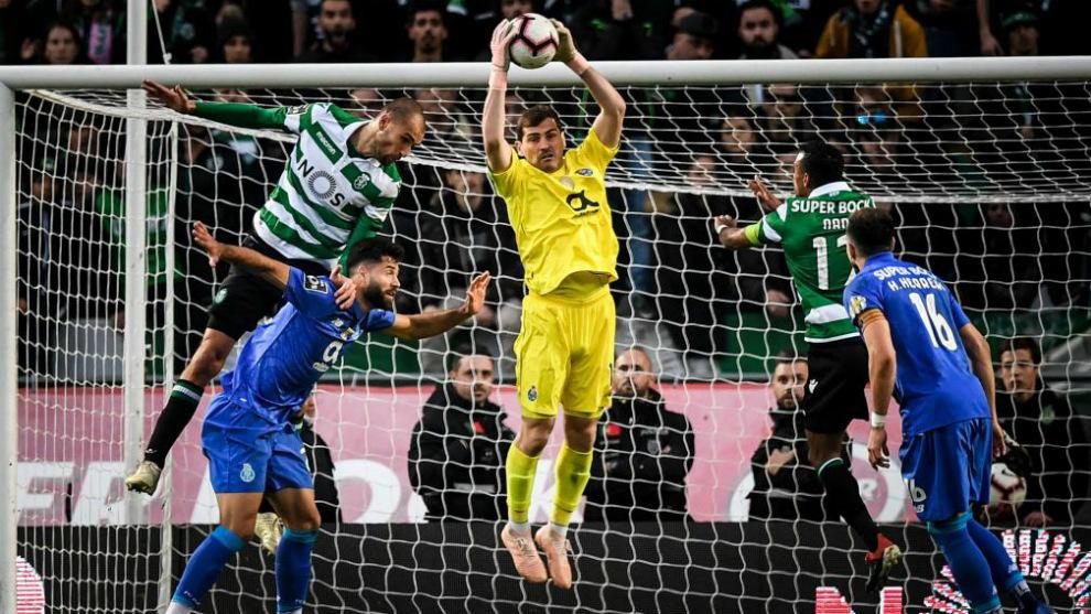 Iker Casillas atrapa un balón en un partido ante el Sporting.