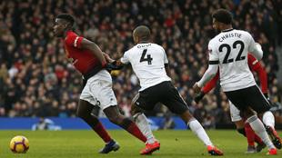 Pogba, del Manchester United, en acción ante el Fulham en la Premier...