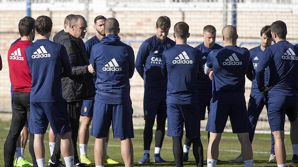 Víctor da indicaciones a sus jugadores durante un entrenamiento...