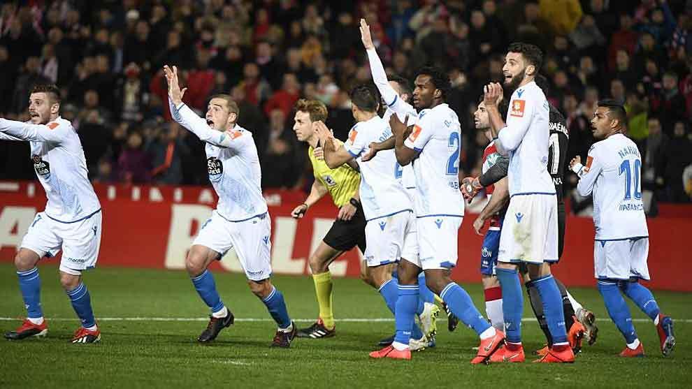 Los jugadores del Dépor, con Nahuel a la derecha, protestan el gol...