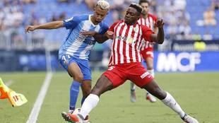 Yan Eteki e Hicham disputan un balón en el Málaga-Almería de Copa...