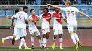 Gelson celebra su gol con sus compañeros del Mónaco.