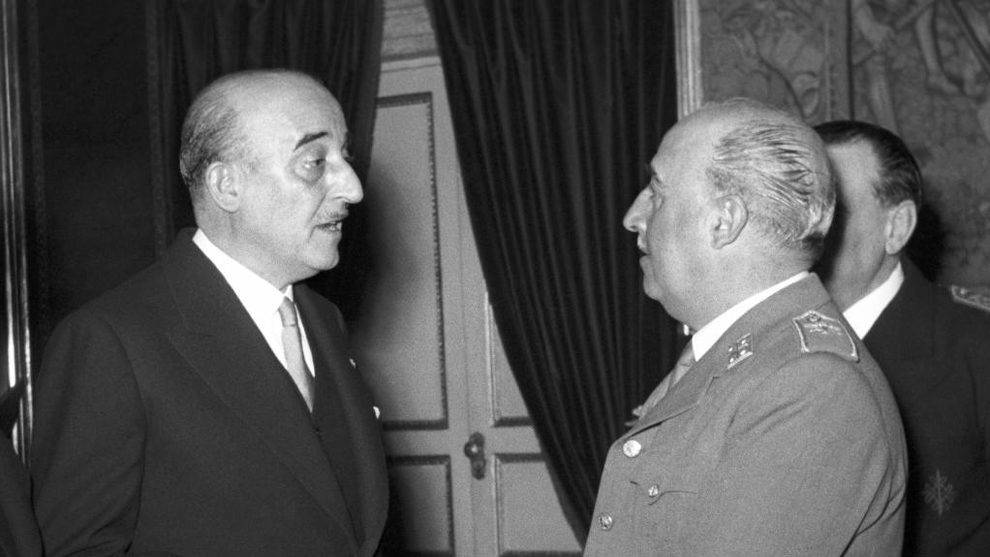 Franco departe con el presidente del Barça Enric Martí Carreto...
